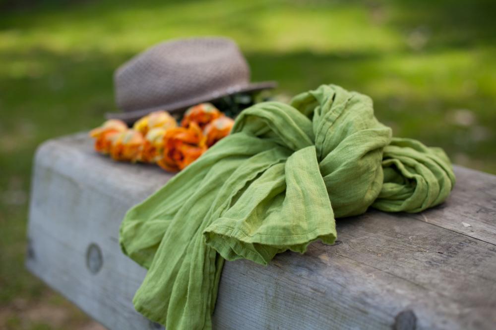 Rain forest green linen scarf - LinenMe